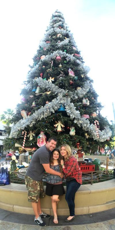 disney-holiday-family-tree-photo