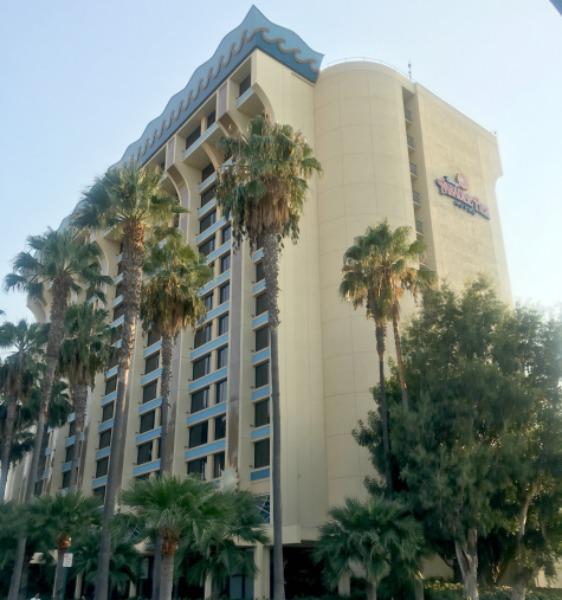 disney-social-media-moms-paradise-pier-hotel