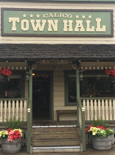 knotts-merry-farm-town-hall