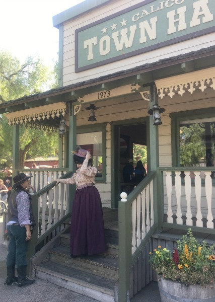 knotts-ghost-town-alive-town-hall
