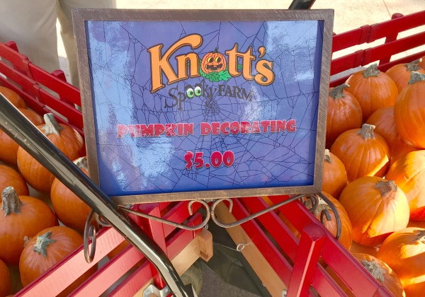 knotts-spooky-farm-pumpkin-decorating