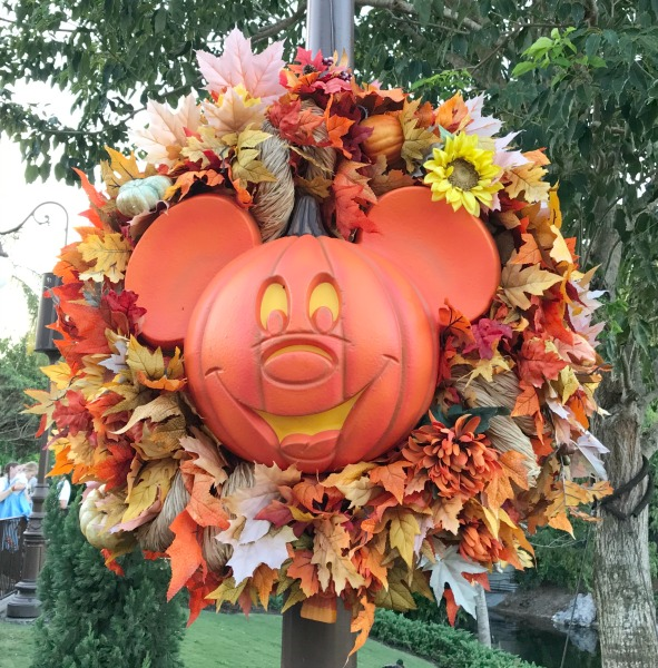mickeys-not-so-scary-halloween-party-decorations-2
