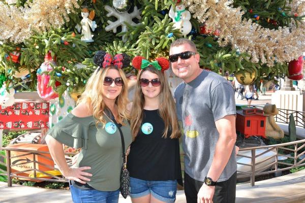 disneyland-holidays-photopass-with-tree-1