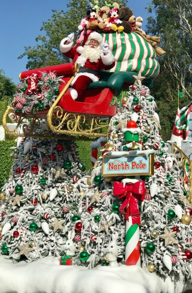 disneyland-holidays-santa-in-parade-1