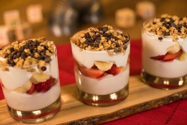woodys-lunch-box-banana-split-yogurt-parfait