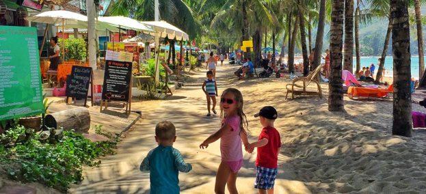 met kinderen Kamala-beach-Phuket