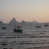 de zee met de lokale visserbootjes