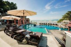 Het zwembad met ligstoelen van Banburee Resort Samui Villa