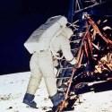 Velhinha recebe visita de agentes valentões da NASA 16