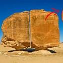 Conheça o antigo megálito de Al-Naslaa, dividido ao meio com precisão a laser. 2
