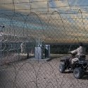 Guardas armados vigiam fortemente hangar com material alienígena 4