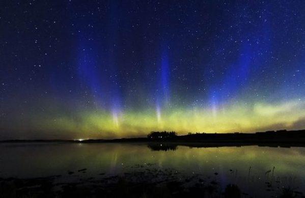 Auroras boreais azuis muito raras e fenômeno STEVE aparecem no céu sobre Calgary, Canadá