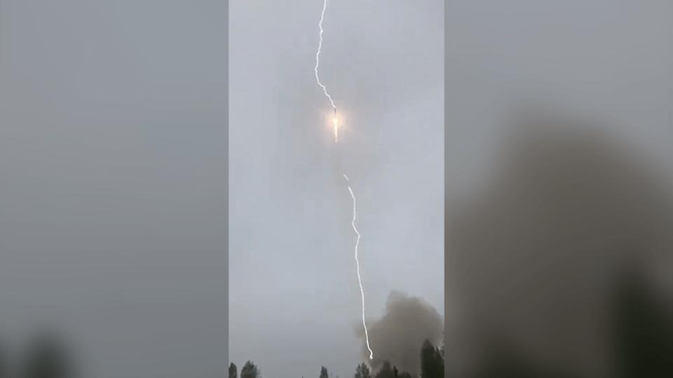 Foguete russo é atingido por raio em pleno voo