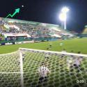 Bola muda de trajetória misteriosamente durante jogo entre Chapecoense e Atlético Mineiro 11
