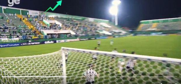 Bola muda de trajetória misteriosamente durante jogo entre Chapecoense e Atlético Mineiro 1