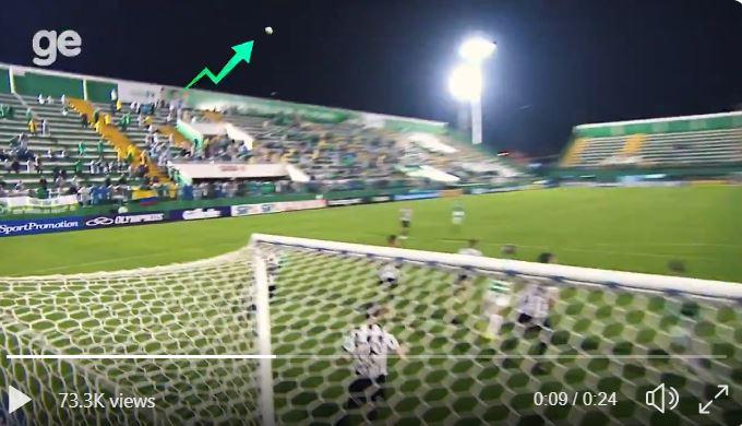 Bola muda de trajetória misteriosamente durante partida de futebol