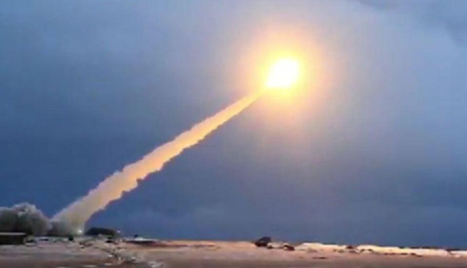 Que tipo de arma foi testada pela Rússia no Ártico?