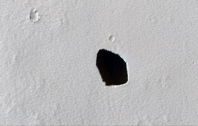 O teto desabado de um tubo de lava é um bom lugar para explorar Marte
