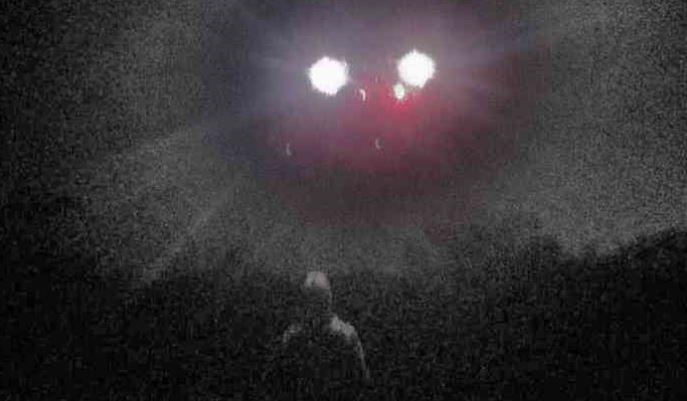 O momento de contato com um alienígena nórdico. Teria sido flagrado por uma foto?