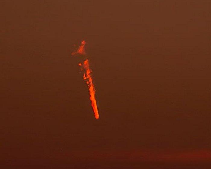 Objeto desconhecido em chamas é fotografado no céu, no Reino Unido