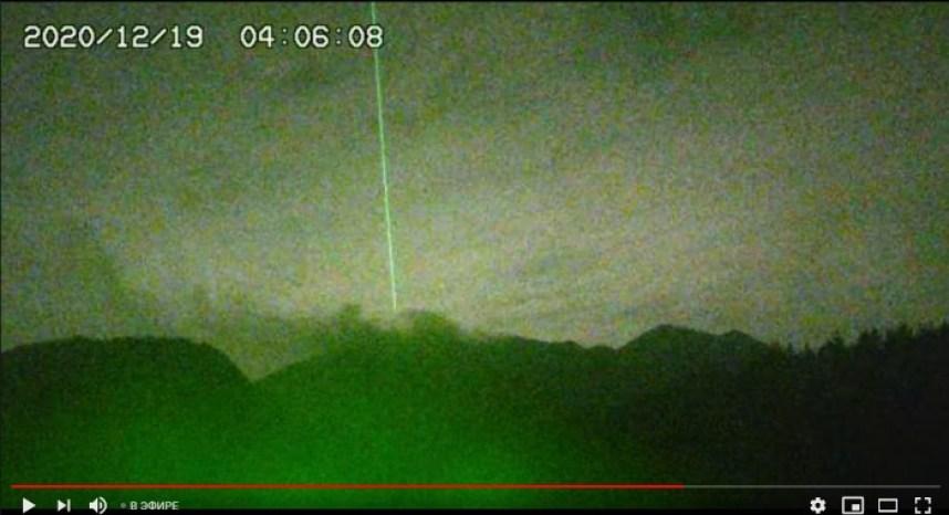 Misterioso feixe verde de energia sobre o vulcão Sakurajima reaparece após 5 anos