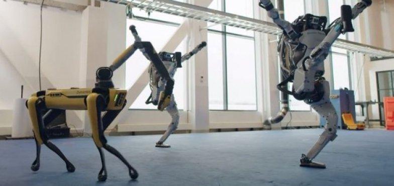 Robôs dançam para celebrar a virada do ano