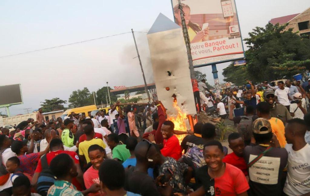 Multidão destrói monólito no Congo por medo dos 'Illuminatis'