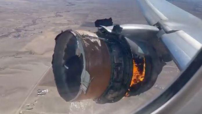 Turbina de avião pega fogo, deixa cair destroços em casas