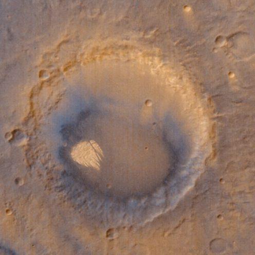 """O mistério da """"rocha branca"""" no centro de uma cratera de Marte"""