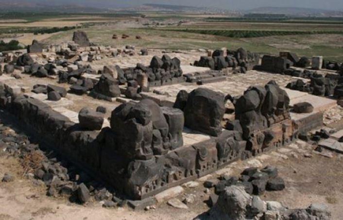 Mistério não resolvido das pegadas gigantes no templo de Ain Dara