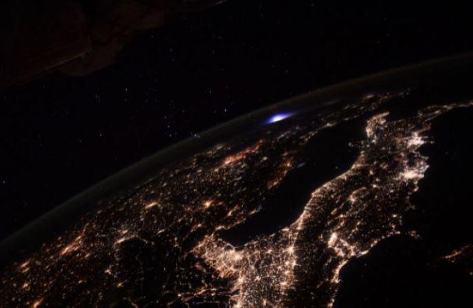 """Astronautas da Estação Espacial fotografam """"clarão"""" sobre a Europa"""