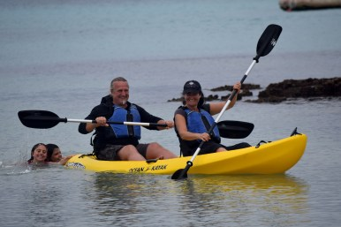 Galápagos, Isla Floreana, PostOfficeBay: Da haben sich ein paar blinde Passagiere an das Kajak angehängt