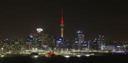 Devonport: Die Skyline von Auckland bei Nacht mit dem dominierenden Sky Tower