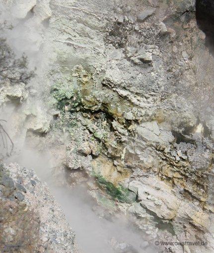 Neuseeland, Wai-O-Tapu: Grün durch Orpiment, Orange durch Stibnit und Realgar