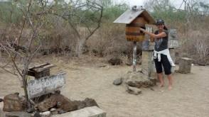 Galápagos, Isla Floreana, Post Office Bay: Postamt mit Self-Service aus dem 18. Jahrhundert
