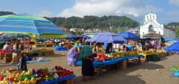 San Cristobal, San Juan Chamula: Farbenfrohes Markttreiben vor der Kirche