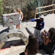 Unser Guide Gaby erklärt die Funktion der Sonnenuhr am Äquator (am Mitad del Mundo) im Museo de Sitio Intinan