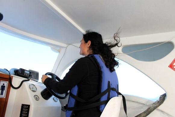 Galápagos, Santa Isabela, Tour Los Tuneles: Selber fahren vertreibt die Seekrankheit und macht Spass