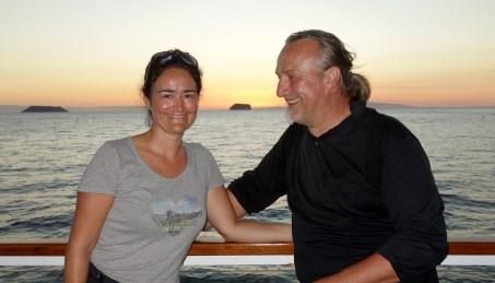 Galapagos, La Pinta, North Seymour: Werbendes Männchen versucht mit Sonnenuntergang sein Weibchen zu beeindrucken (haha) - Unser erster Sonnenuntergang an Bord der Yacht