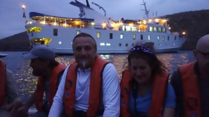 Galápagos, Tagus Cove: Rückkehr vom Kajakfahren zur La Pinta in der Dämmerung