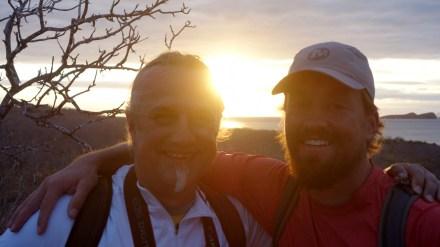 Galápagos, Santa Cruz, Cerra Dragone: Ausgelassene Stimmung und ein toller Sonnenuntergang auf dem Cerra Dragone mit meinem Travelbuddy Eddie aus San Diego.