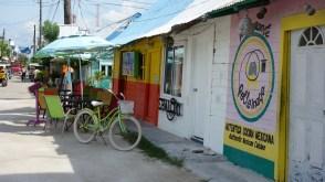 Mexico, Isla Holbox: Überall begegnen einem bunte Häuserzeilen