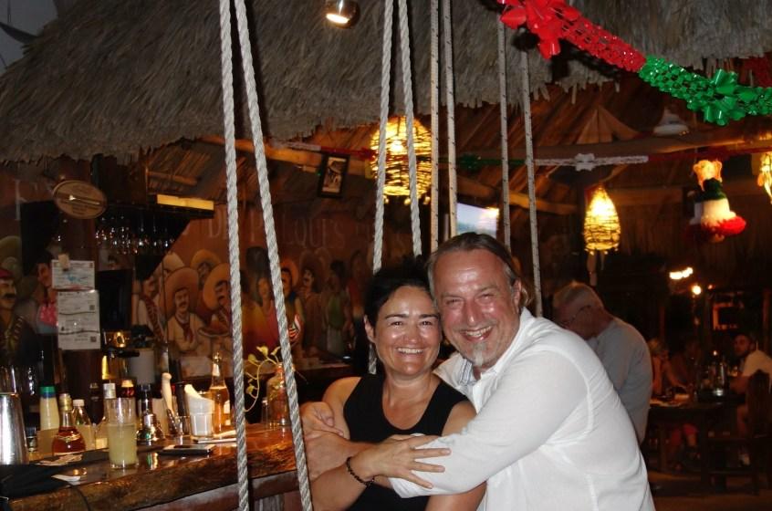 Mexico, Isla Holbox: Cocktails an der Bar mit Schaukeln im Viva Zapata, einem der besten Lokale der Insel