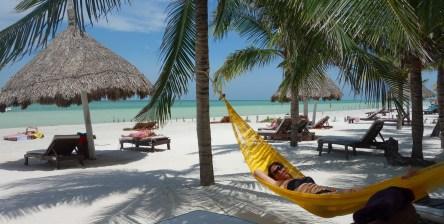 Mexico, Isla Holbox: Relaxing mit Karibikfeeling am weißen Sandstrand.