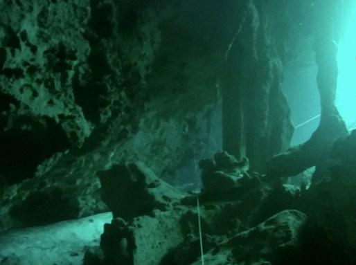 Mexiko, Tulum, Cenoten Tauchen: Glasklares Wasser in der Tiefe und das Licht von oben beleuchtet die Kavernen der Cenote Aktun Ha