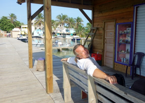 Belize - Guatemala: Warten auf das Wassertaxi in der Morgensonne auf Caye Caulker