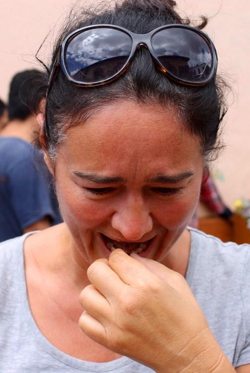 San Cristobal: Ess ich´s oder ess ich´s nicht? Geröstete Heuschrecke für Otti zum Probieren. Die Zweifel waren groß, aber die Neugier siegte!