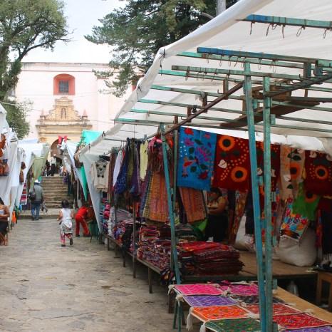 San Cristobal: Der Mercado de Artesanías vor der Kirche