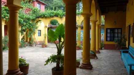 SanCristobal: Der Innenhof des Na Bolom Museums lädt zum Verweilen ein