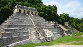 Palenque: Die Templo de las Inscripciones, Templo XIII und Templo de la Calavera (von links) sind die ersten, die man sieht, wenn man die Anlage betritt